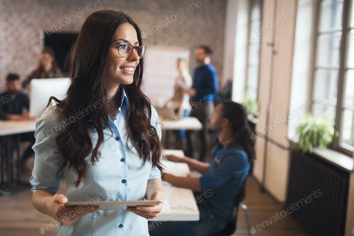 Schöne Geschäftsfrau Porträt im modernen Firmenbüro