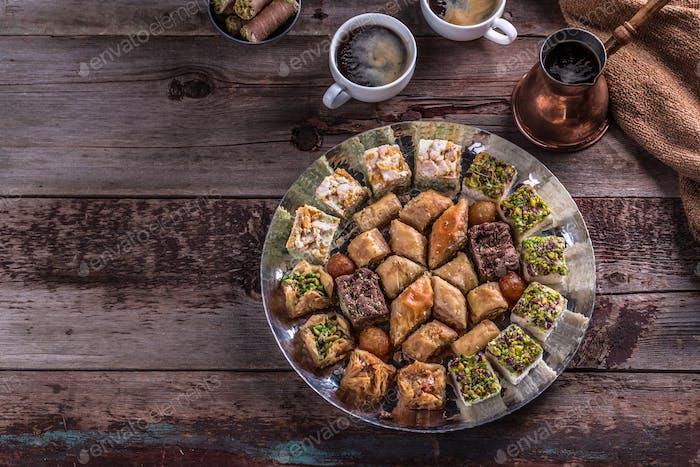 Baklava mit Pistazie und Honig in traditionellem Teller, Kopierraum