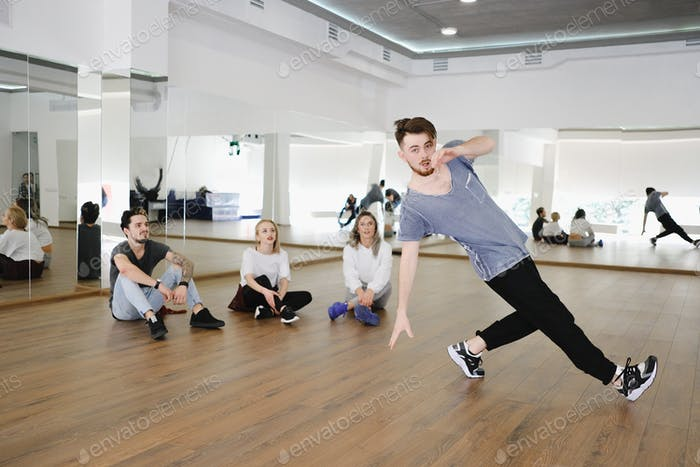 Gruppe junger moderner Tänzer tanzen im Atelier