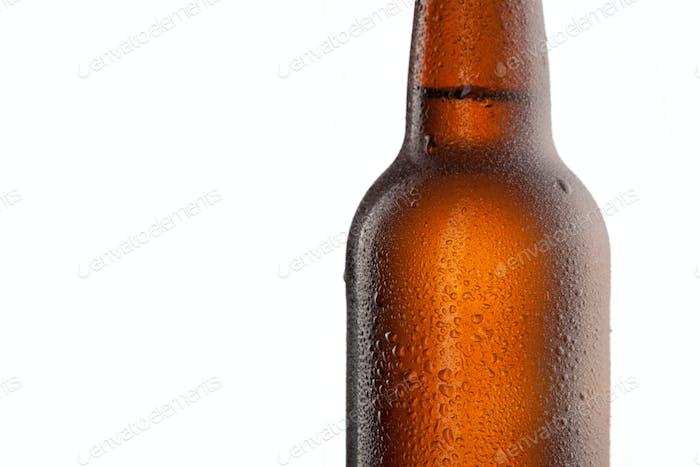 Bierflasche mit Wassertropfen und Frost isoliert auf weiß