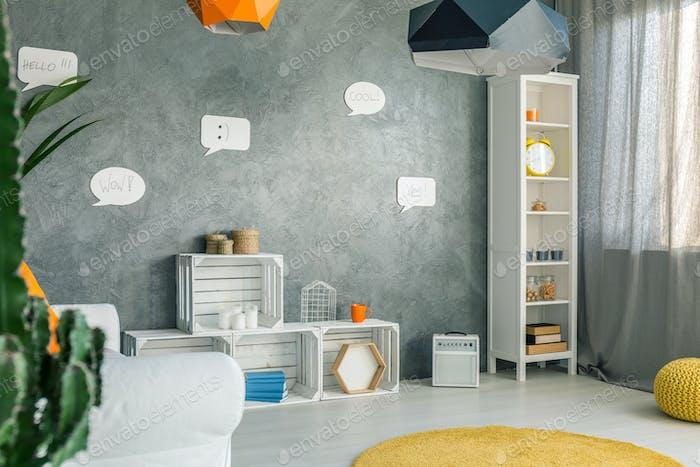 Zimmer mit rundem Teppich