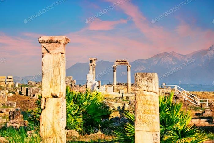 Antike Stadt Hierapolis und eine Statue von Pluto oder Hades in der Morgendämmerung