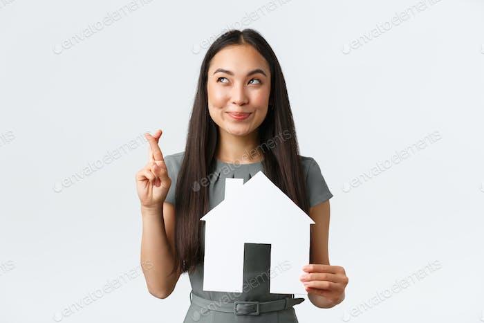 Seguro, préstamo, bienes raíces y concepto familiar. Cruz de mujer asiática sonriente esperanzadora y optimista