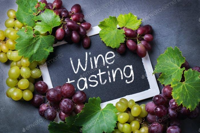 Konzept der Weinprobe und Verkostung. Weinrebe, Flasche, Gläser, Korkenzieher
