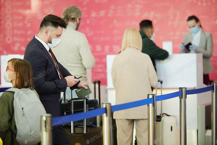 Reisende stehen in der Warteschlange