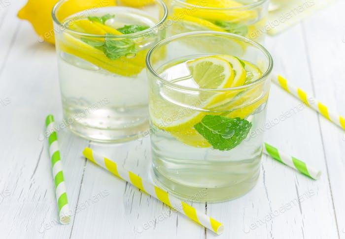 Hausgemachte Limonade mit frischen Zitronen und Minze