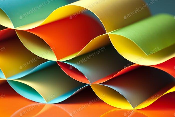Detail der gewellten farbigen Papierstruktur