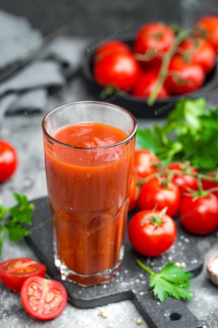 Tomatensaft und frische Tomaten