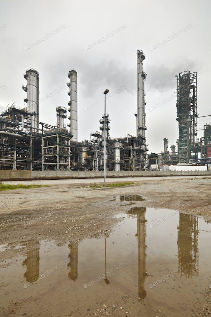 Raffinerie an einem grauen Tag