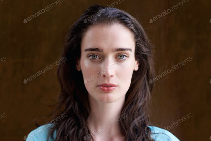 Mujer joven atractiva con el pelo Largo