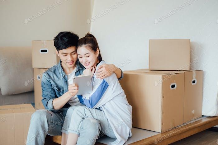 Junges Paar mit ipad während des Umzugs