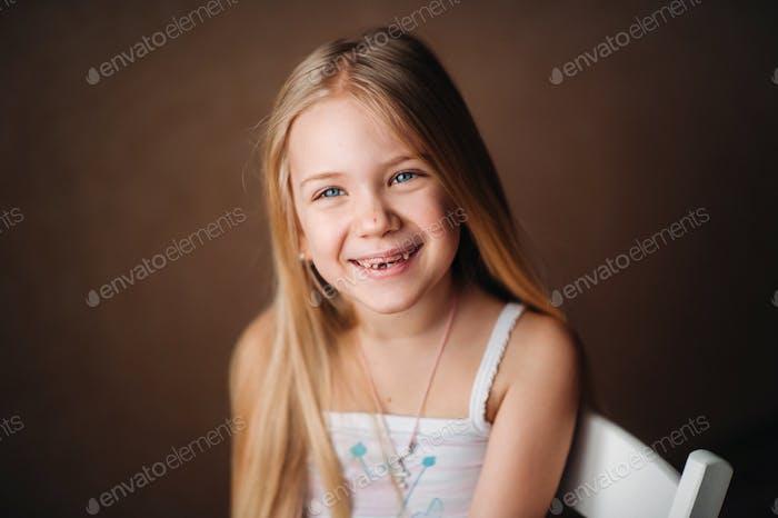 Sommerporträt eines glücklichen niedlichen Babys mit einem Lächeln