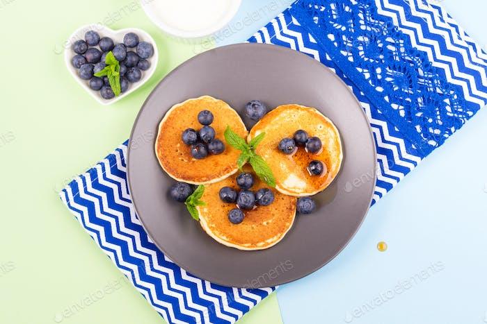 Pfannkuchen serviert mit frischen Blaubeeren.  Frühling