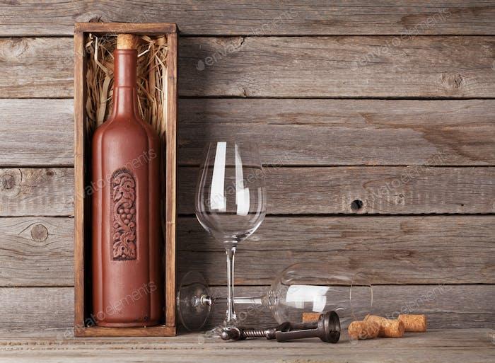 Weinflasche in Box und Gläsern