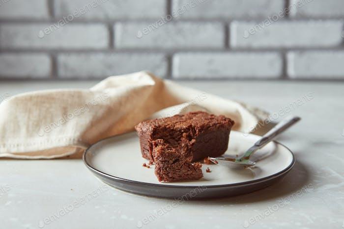 Schokoladen-Brownies Dessert auf Teller mit Serviette. Bäckerei, Süßwaren-Konzept
