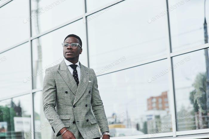 Хороший афро-американский бизнесмен идет в офис