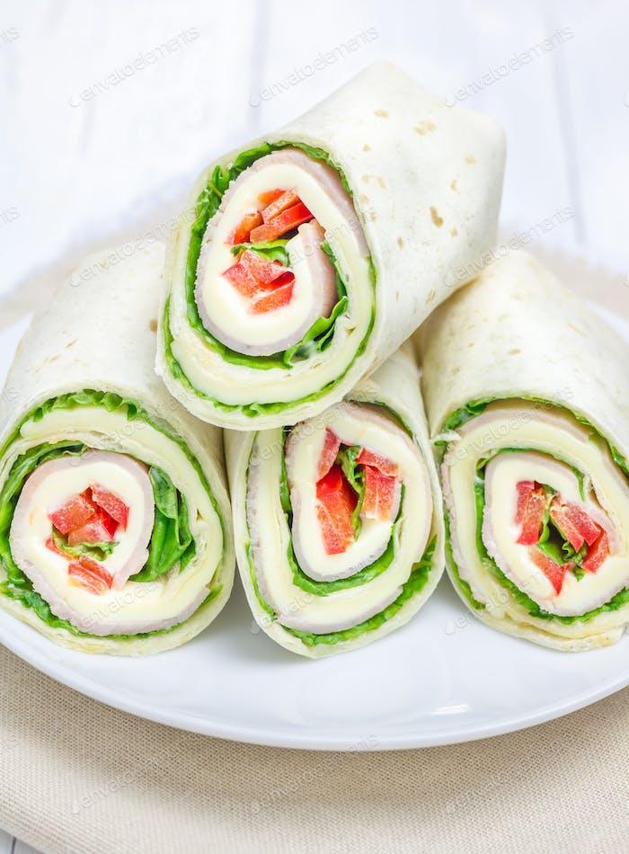 Tortilla-Rolle mit Weichkäse, Hühnerschinken und Gemüse, Nahaufnahme