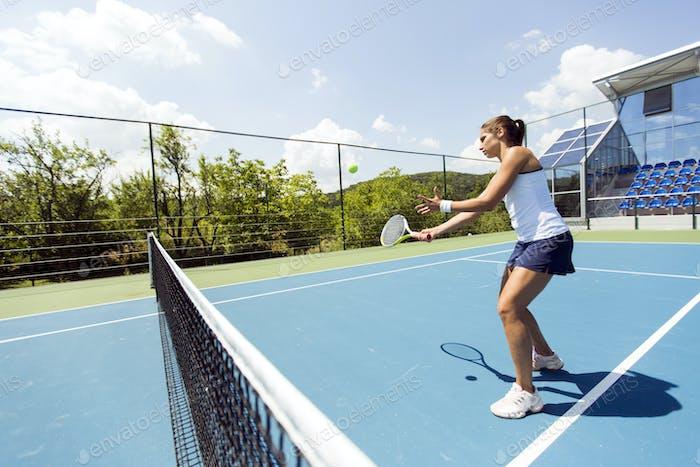 Hermosa tenista Mujer en Acción