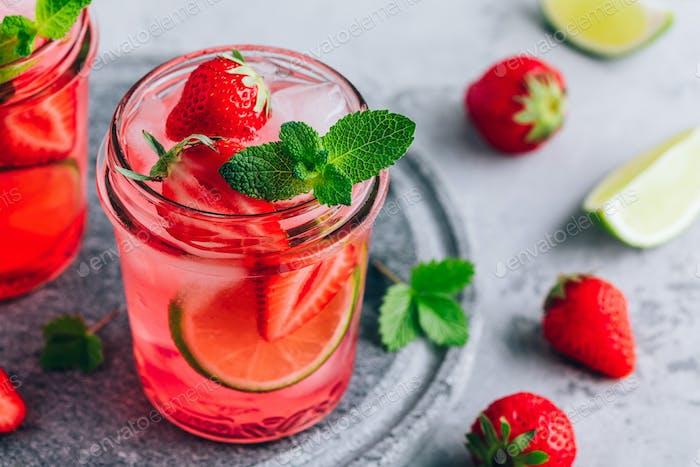 Erdbeer-Limonade mit frischer Minze und Eis im Glas.