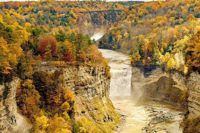 Herbstszene von Wasserfällen und Schlucht