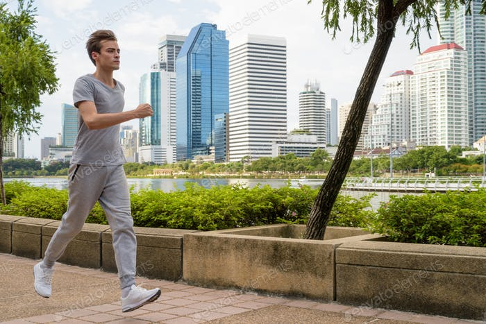 junge gutaussehende Mann joggen bei die park