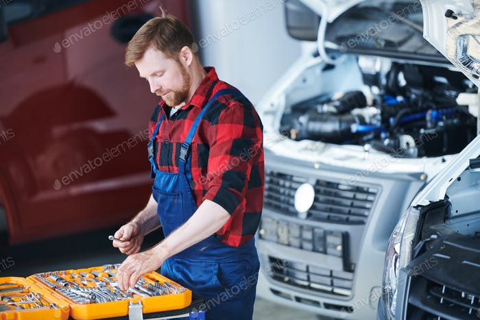 Professional car repair engineer