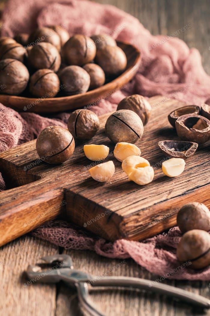 Macadamia-Nüsse auf dem Tisch