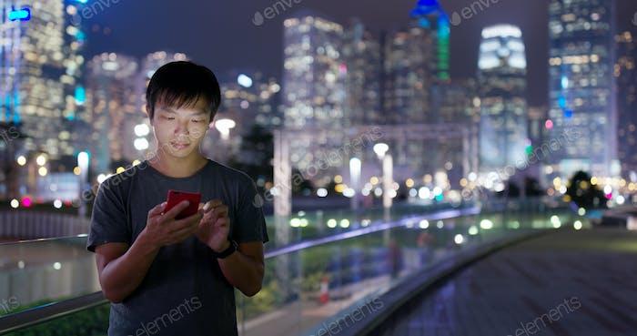 Mann Verwendung von Smartphone