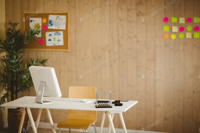 Kreatives Büro mit kühlen Holzvertäfelung mit niemandem da