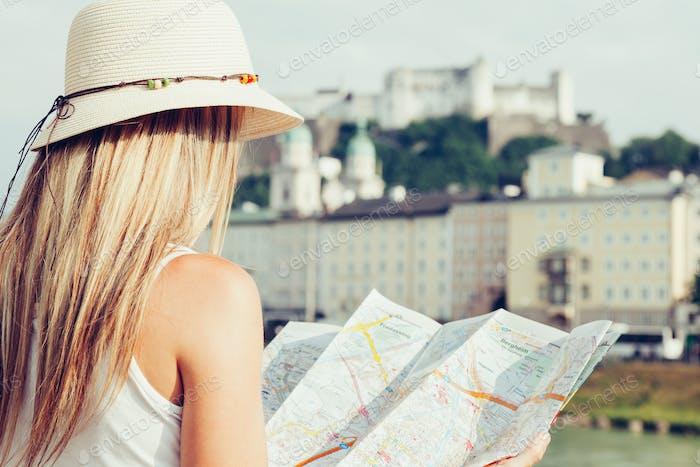Weibliche Touristin im Urlaub in Salzburg Österreich mit lokaler Karte