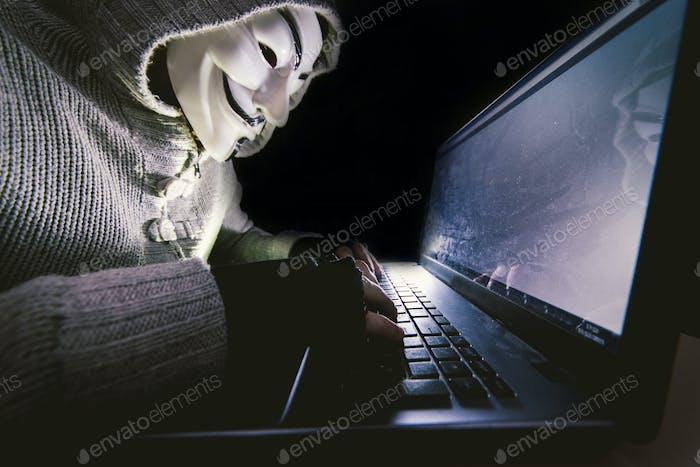 Hacker en el trabajo en su ordenador