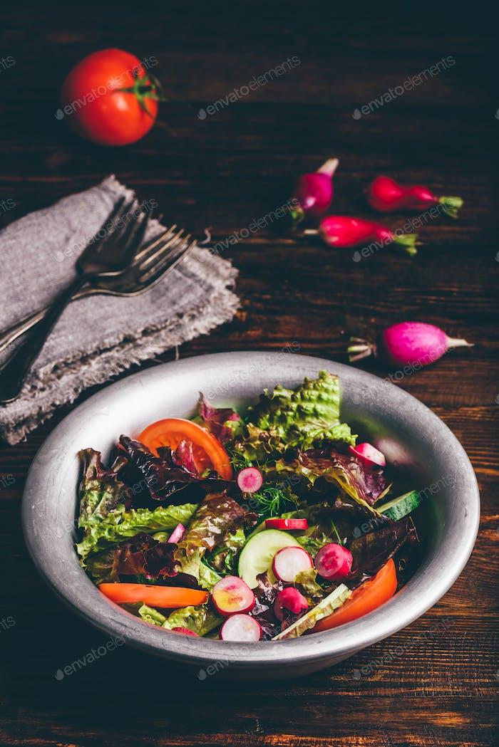 Frischer Frühlingssalat mit Gemüse aus eigenem Anbau