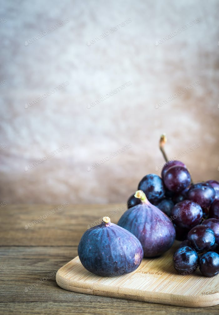 Fresh figs and grapes