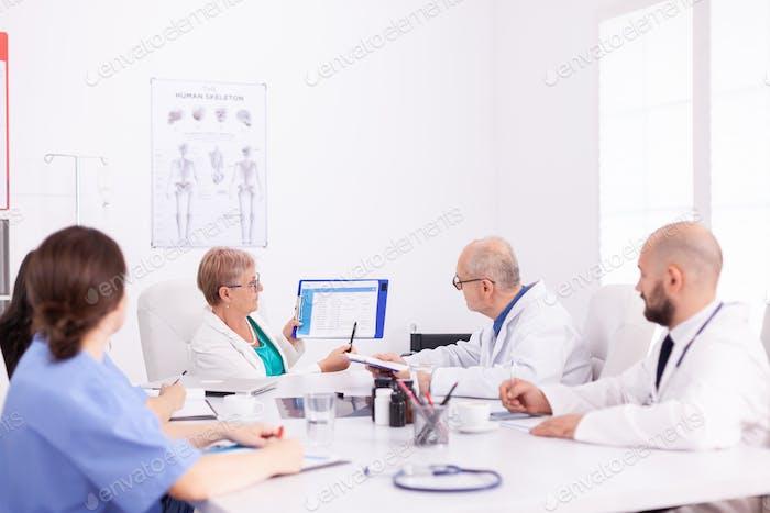 Médicos experimentados trabajando juntos