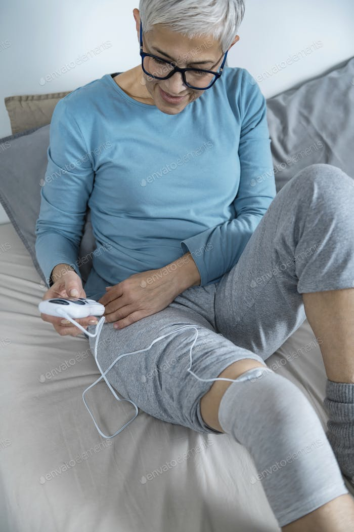 Ostheoporose Physiotherapie für Knie mit TENS Elektrode Socke