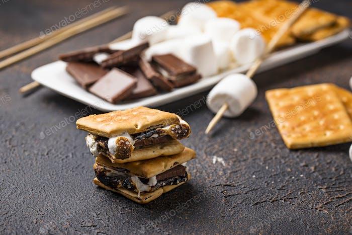 Hausgemachte s'mores mit Crackern, Marshmallows und Schokolade