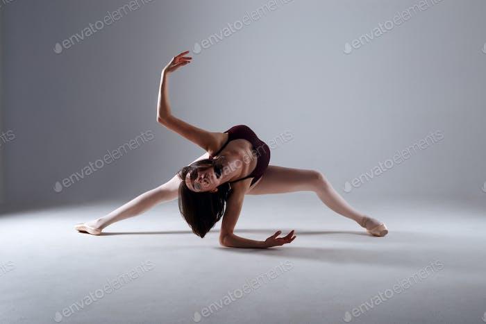 Ballerina tanzt in der Dunkelheit