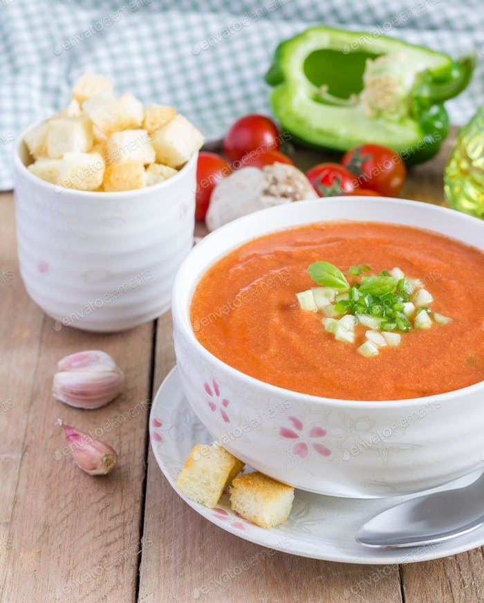 Kalte Tomatensuppe Gazpacho in einer Schüssel mit Croutons