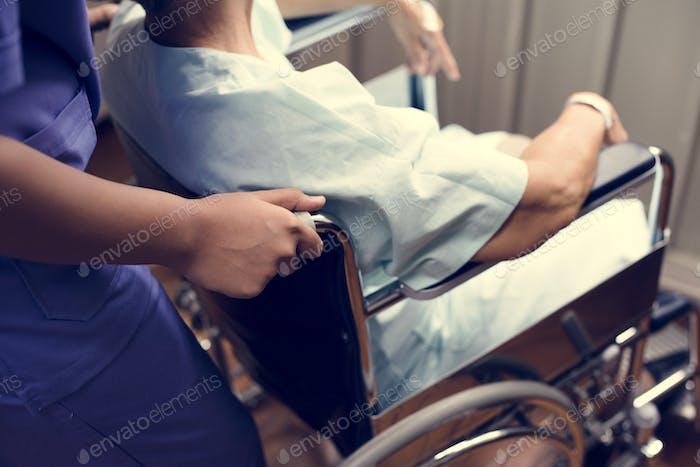 Ein alter Patient in einem Krankenhaus
