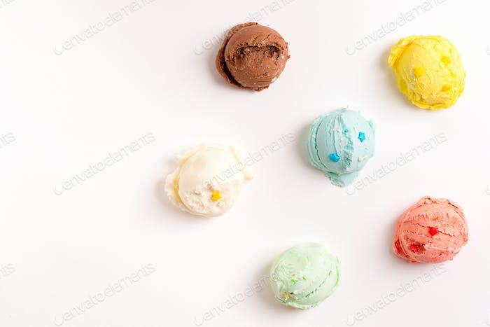 Bunte Kugeln aus frisch gekochtem hausgemachtem süßem Eis oder Eis auf weißem Hintergrund