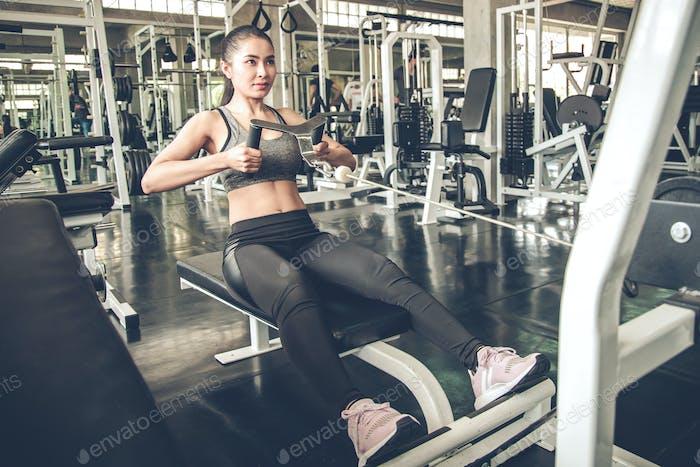 Sexy Frau trainiert mit dem Trainingsgerät.