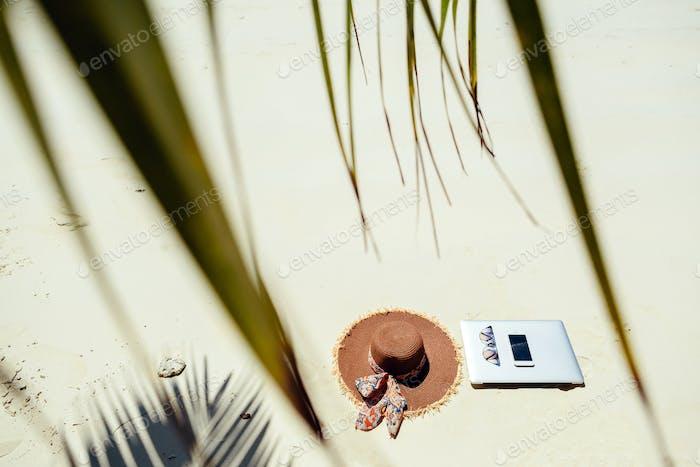 Laptop und Smartphone am Strand Remote-Arbeit