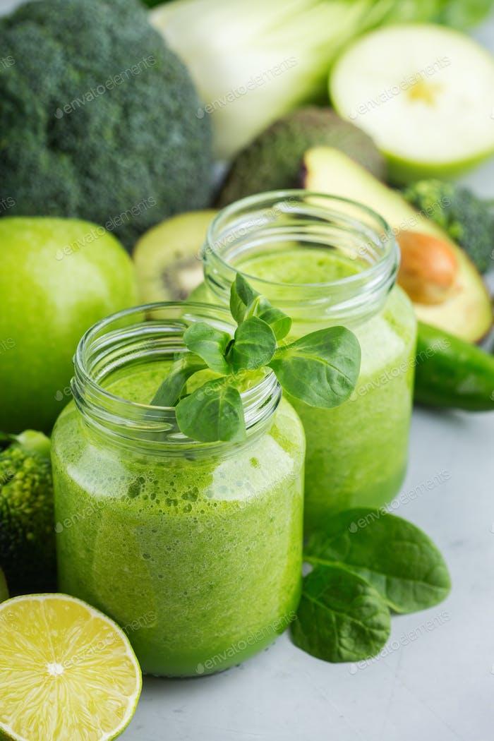 Grüner Smoothie mit Gemüse für gesunde, rohe, vegane Ernährung