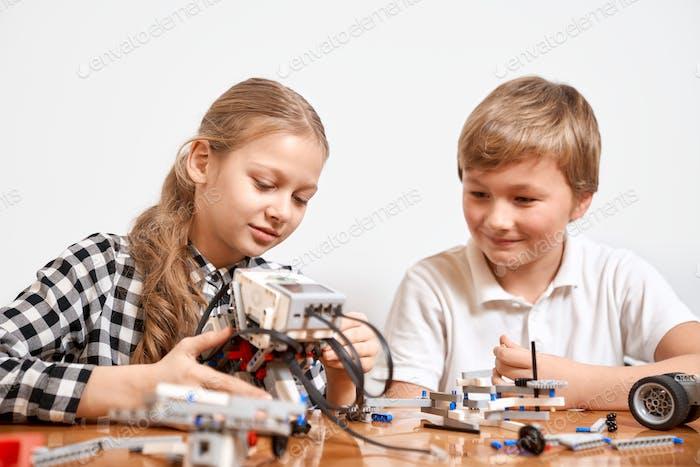 Junge Freunde erstellen Roboter mit Bausatz