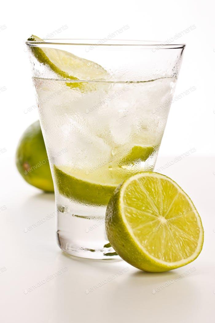 Wodka mit Limette und Eis
