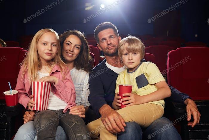 Glückliche Familie im Kino