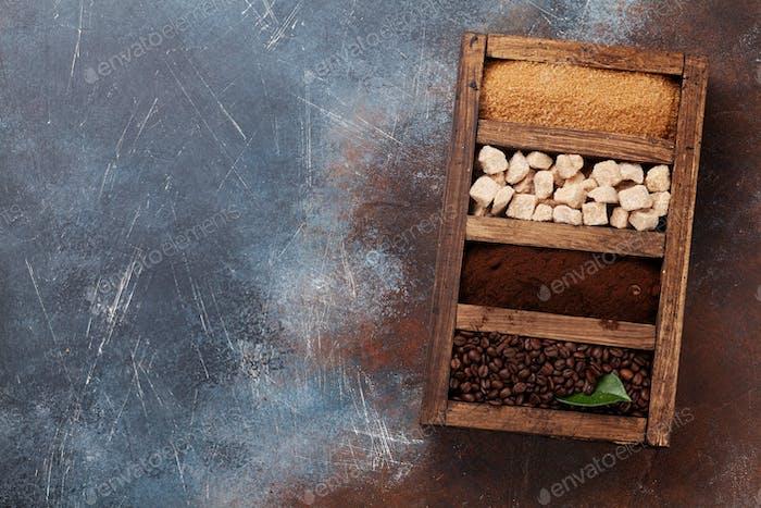 Gerösteter und gemahlener Kaffee, brauner Zucker