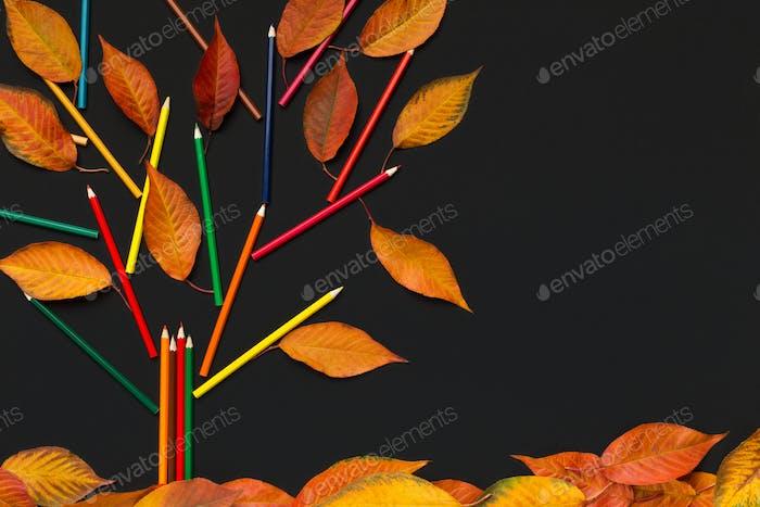 Konzeptbaum mit gelben Blättern auf schwarzem Hintergrund