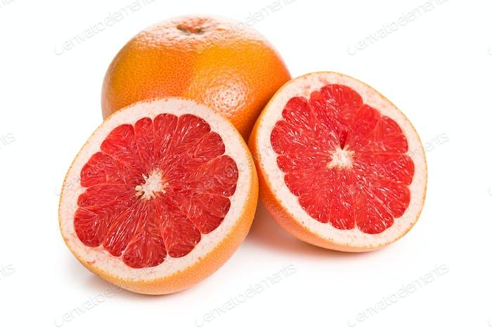 geschnittene rote Grapefruit auf weiß