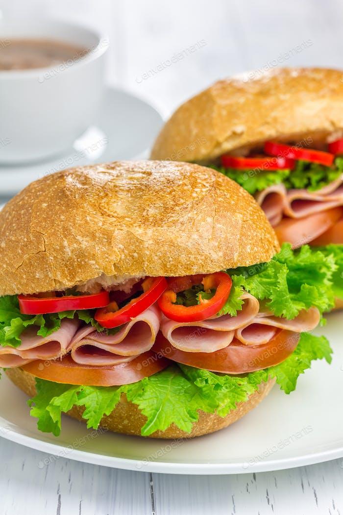 Gesunde Sandwiches mit Schinken und einer Tasse heiße Schokolade